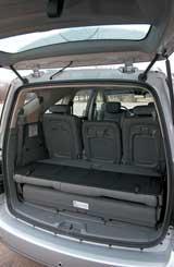В багажнике скрывается четвертый ряд сидений. Тоже, между прочим, кожаных!