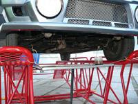 мини презентация: заведенный автомобиль без масла, с открытым картером, видно крутящийся коленвал